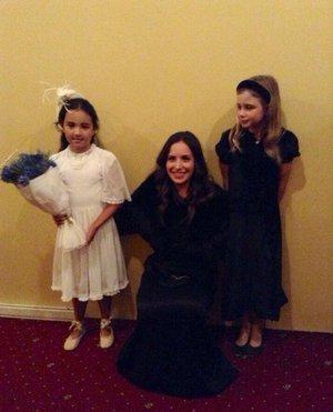 """В спектакле «Как вам это понравится» по пьесе Шекспира «Сон в летнюю ночь» Мария играет маму двоих девочек. На гастролях ей выдали двух местных девочек """"в аренду"""". Эта фотография сделана после спектакля в Новой Зеландии, одна из девочек - настоящая Маори!"""